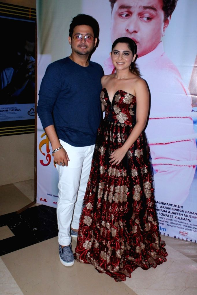 "Actors Swapnil Joshi and Sonalee Kulkarni during the grand premiere of film ""Tula Kalnnaar Nahi"" in Mumbai on Sept 8, 2017. - Swapnil Joshi and Sonalee Kulkarni"