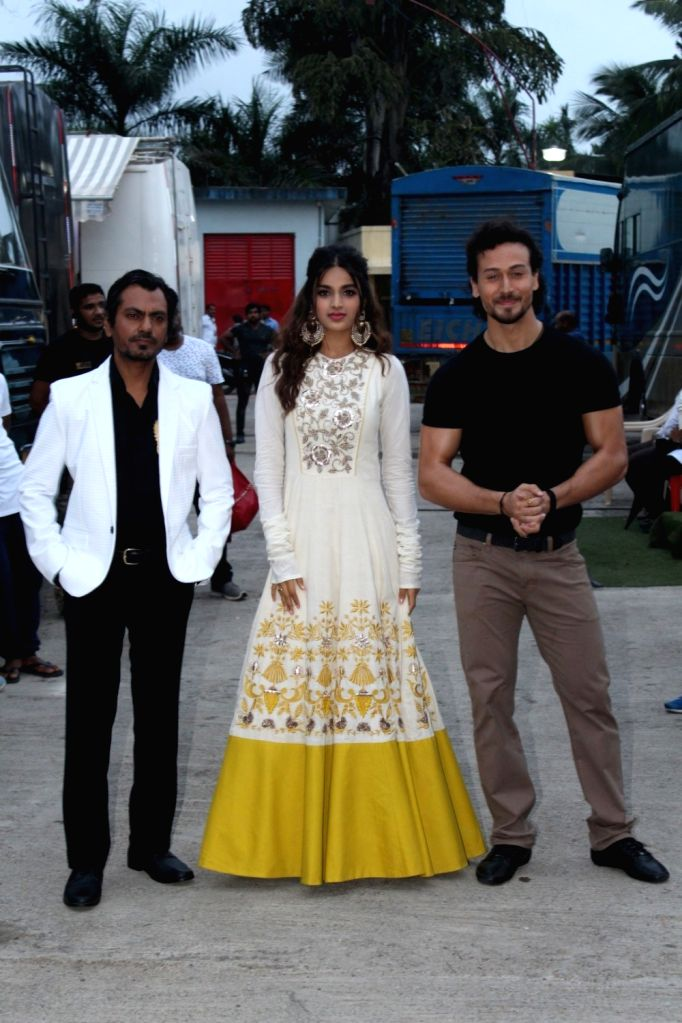 "Actors Tiger Shroff, Nidhhi Agrawal and Nawazuddin Siddiqui on the sets of ""Sa Re Ga Ma Pa Li'l Champs Season 6"" to promote (their/her/his) upcoming film ""Munna Michael"" ... - Tiger Shroff, Nidhhi Agrawal and Nawazuddin Siddiqui"