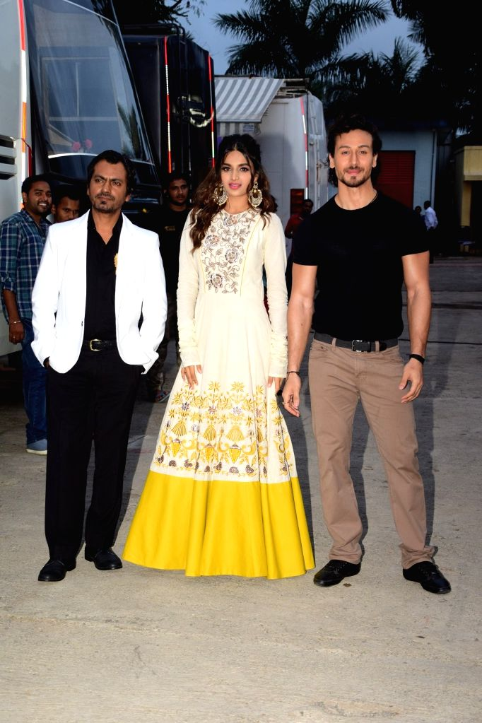 "Actors Tiger Shroff, Nidhhi Agrawal and Nawazuddin Siddiqui on the sets of ""Sa Re Ga Ma Pa Li'l Champs Season 6"" to promote their upcoming film ""Munna Michael"" in Mumbai, ... - Tiger Shroff, Nidhhi Agrawal and Nawazuddin Siddiqui"