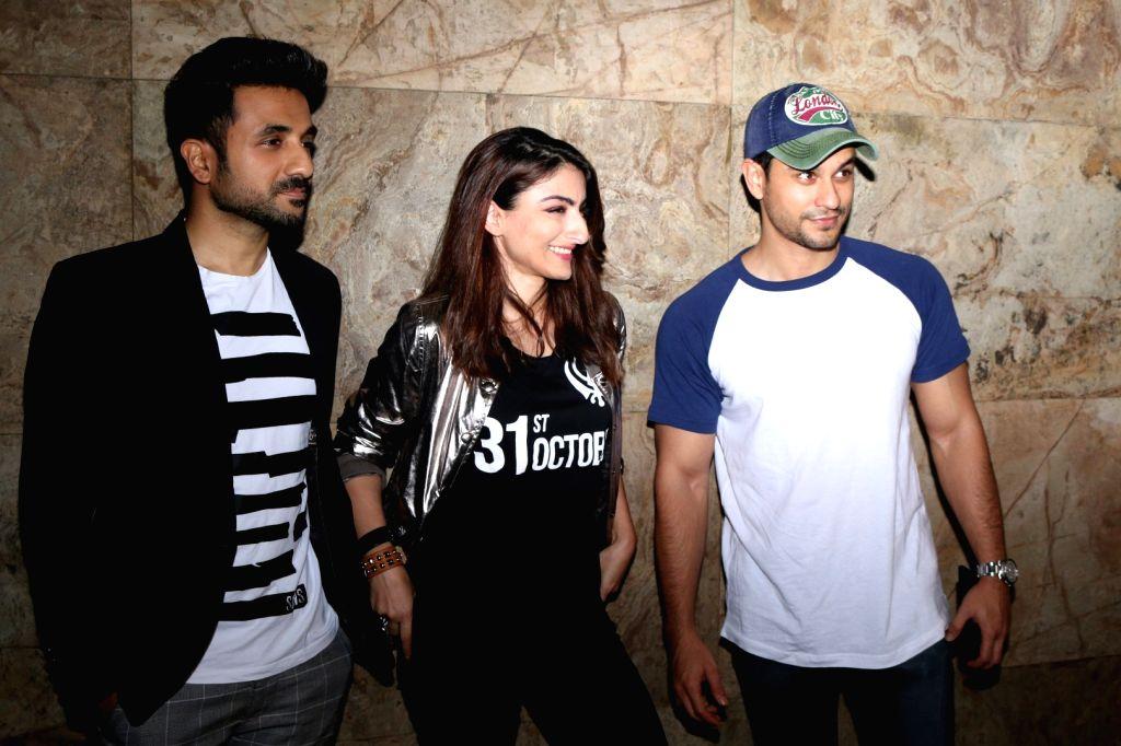 Actors Vir Das and Soha Ali Khan with his husband Kunal Khemu during the screening of film 31st October, in Mumbai, on Oct 19, 2016. - Vir Das and Soha Ali Khan