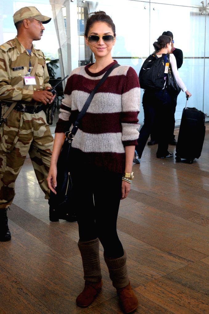Actress Aditi Rao Hydari arrives at Jaipur airport on 7 Dec. 2013. - Aditi Rao Hydari