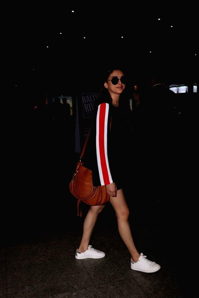 Actress Aditi Rao Hydari at Chhatrapati Shivaji Maharaj International airport in Mumbai on Sept 12, 2017. - Aditi Rao Hydari