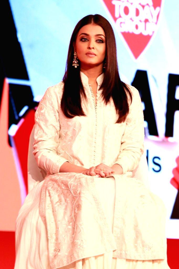 "Actress Aishwarya Rai and Editor-in-chief of India Today Aroon Purie during  ""India Today Safaigiri Awards"" ceremony in New Delhi on Oct 2, 2016. - Aishwarya Rai"