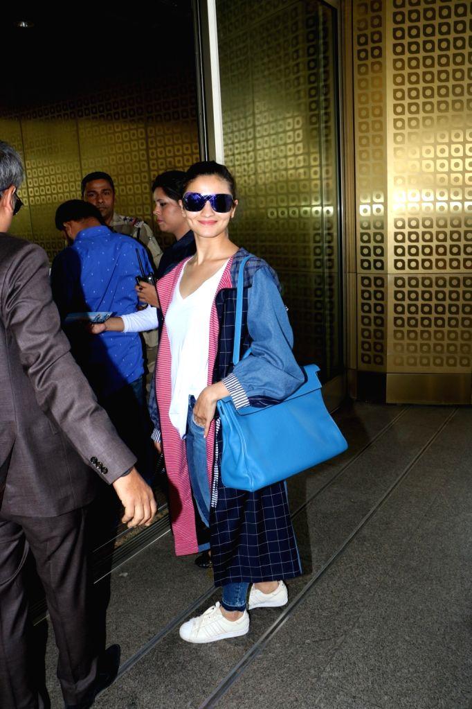 Actress Alia Bhatt seen at Chhatrapati Shivaji Maharaj International airport in Mumbai. - Alia Bhatt