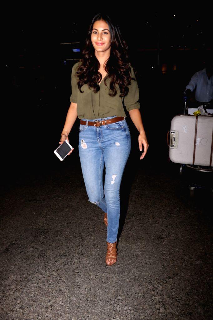 Actress Amyra Dastur spotted at Chhatrapati Shivaji Maharaj International airport in Mumbai. - Amyra Dastur