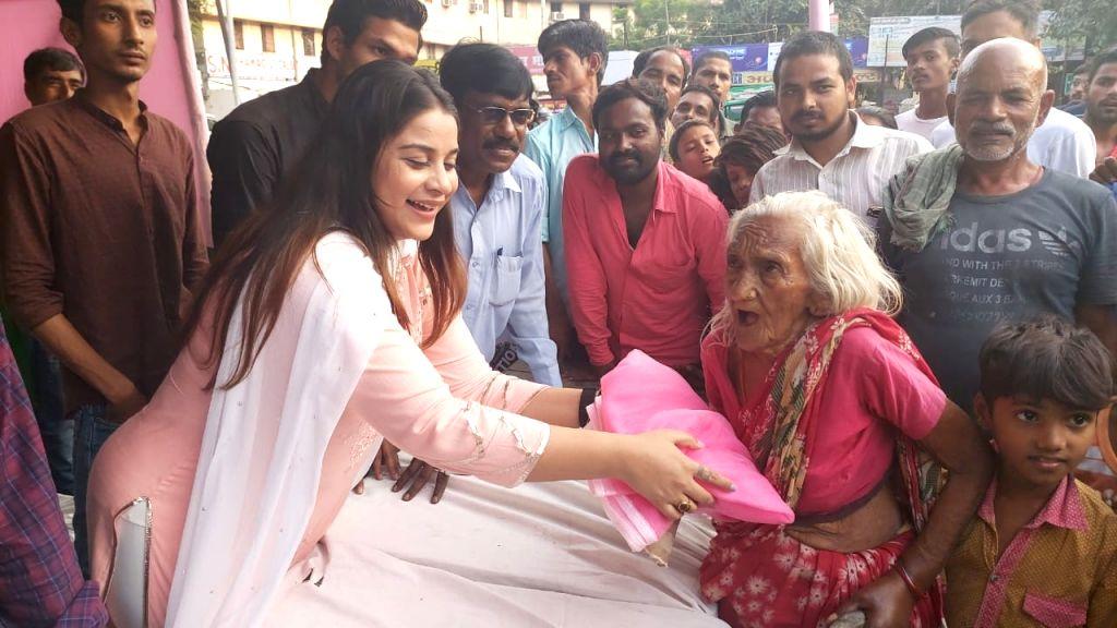 Actress Anara Gupta distributes mosquito nets among people amidst the threat of dengue outbreak in Bihar; in Patna on Oct 16, 2019. - Anara Gupta