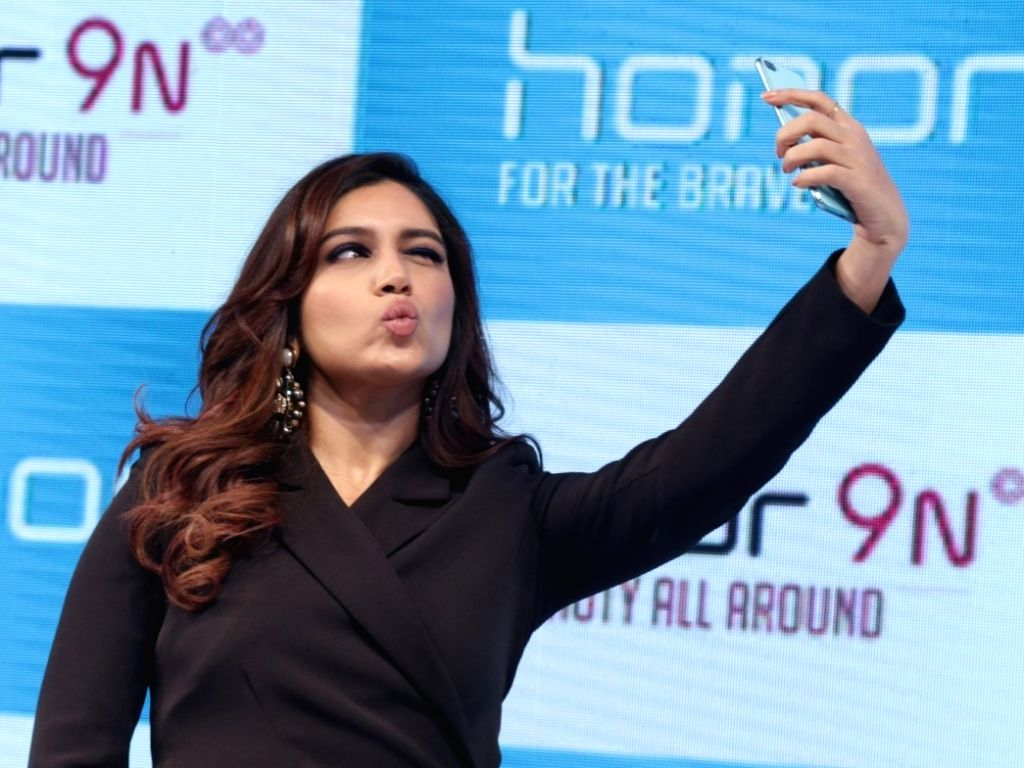 """Actress Bhumi Pednekar poses for a selfie with the newly launched """"Honor 9N"""" smartphone, in New Delhi on  July 24, 2018. - Bhumi Pednekar"""