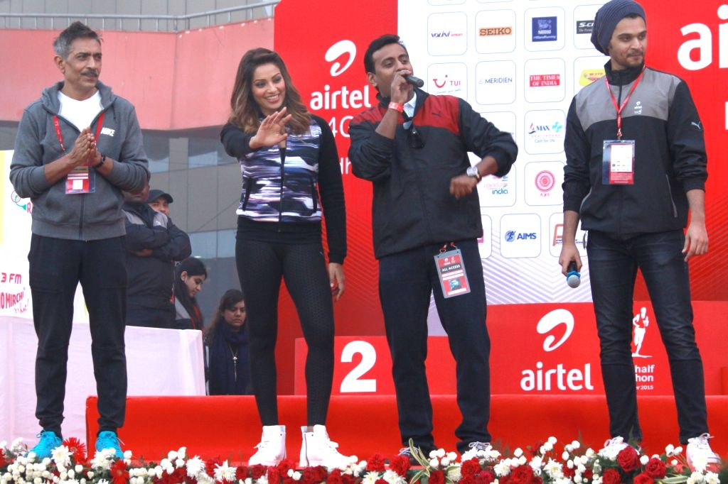 Actress Bipasha Basu and film director Prakash Jha during the Airtel Delhi Half Marathon 2015 at India Gate in New Delhi, on Nov 29, 2015. - Bipasha Basu