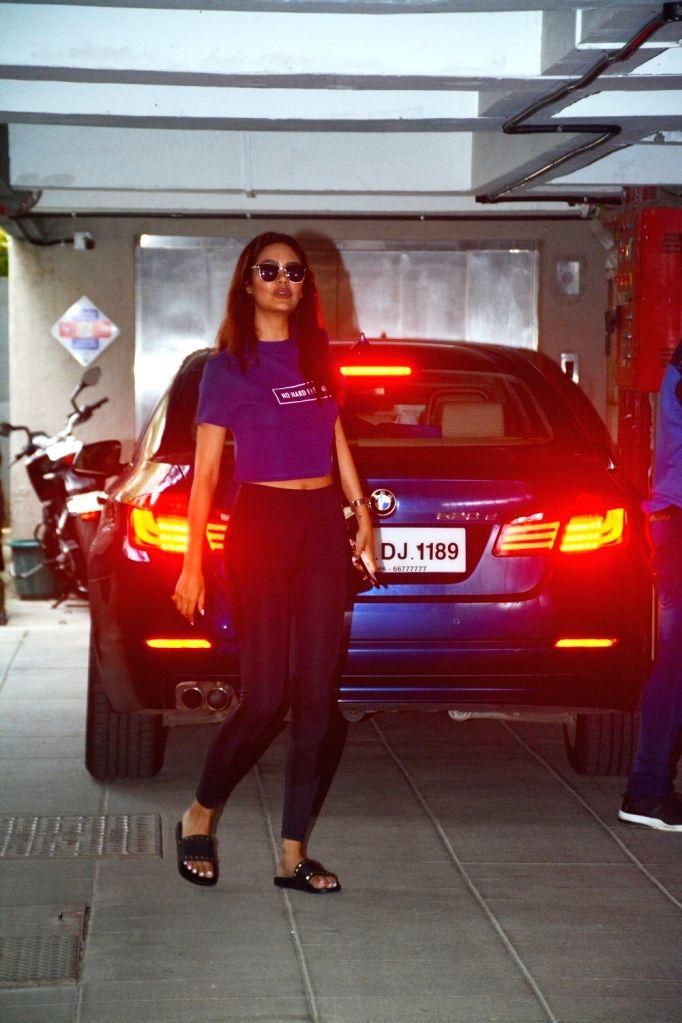 Actress Esha Gupta seen at Bandra in Mumbai on Oct 5, 2018. - Esha Gupta