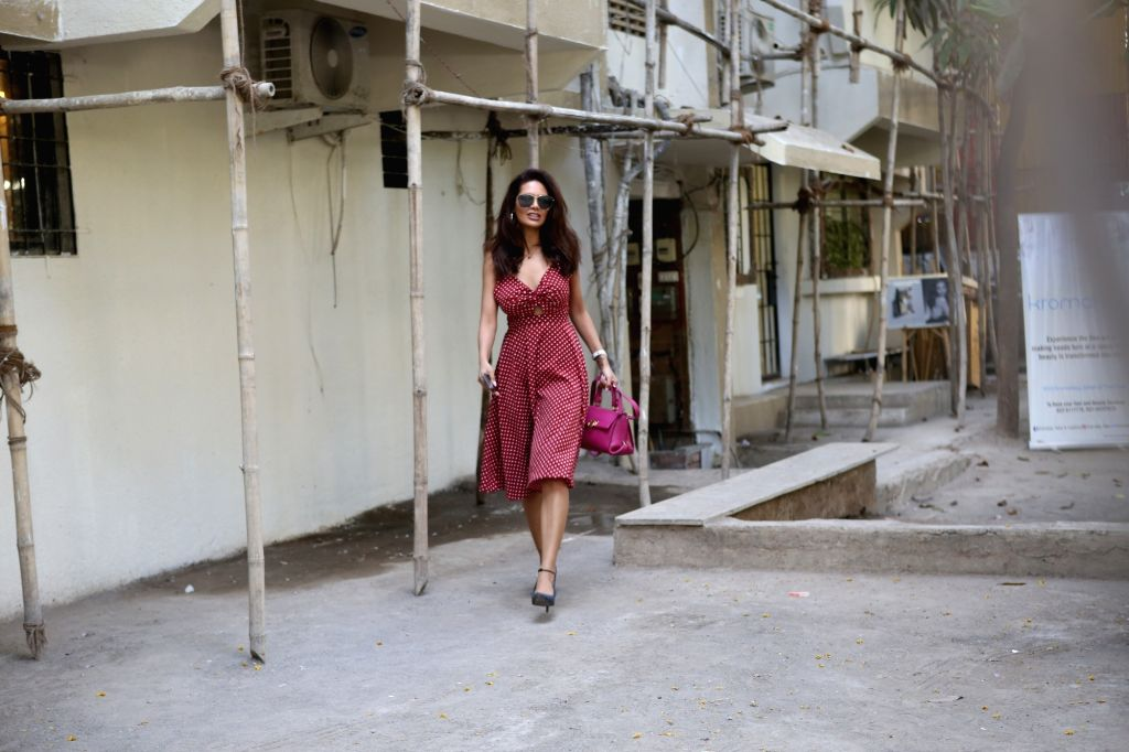 Actress Esha Gupta seen in Mumbai's Juhu, on May 15, 2019. - Esha Gupta