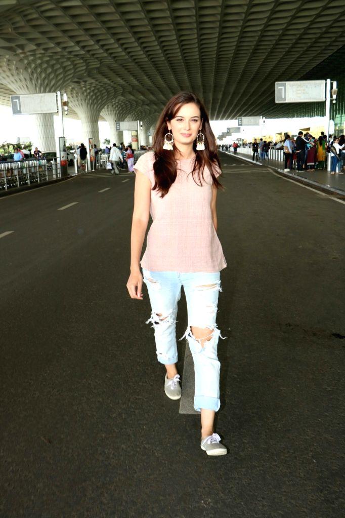 Actress Evelyn Sharma spotted at Chhatrapati Shivaji Maharaj International airport in Mumbai on Aug 12, 2017. - Evelyn Sharma