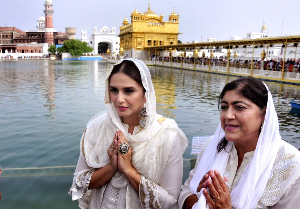 Actress Huma Qureshi and filmmaker Gurinder Chadha pay obeisance at the Golden temple in Amritsar on Aug 12, 2017. - Huma Qureshi