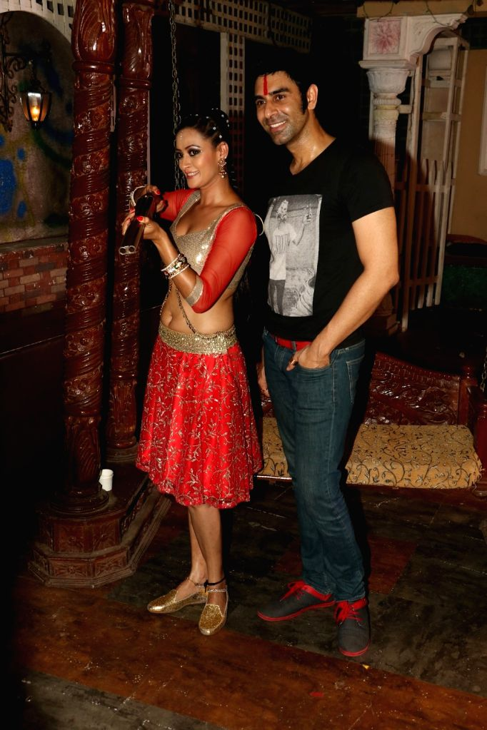 Actress Jasveer Kaur and choreographer Sandip Soparkar during the on location shoot of upcoming film JD, in Mumbai, on Aug 17, 2015. - Jasveer Kaur