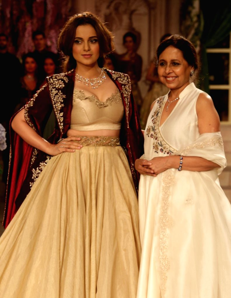Actress Kangana Ranaut showcase the creations of fashion designer Anju Modi on first day of the India Couture Week 2018 in New Delhi on July 25, 2018. - Kangana Ranaut and Anju Modi