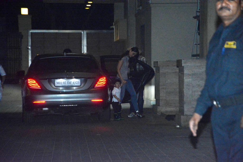 Actress Kareena Kapoor Khan seen with his son Taimur Ali Khan at actress Amrita Arora's residence in Mumbai's Bandra on Nov 28, 2018. - Kareena Kapoor Khan, Taimur Ali Khan and Amrita Arora