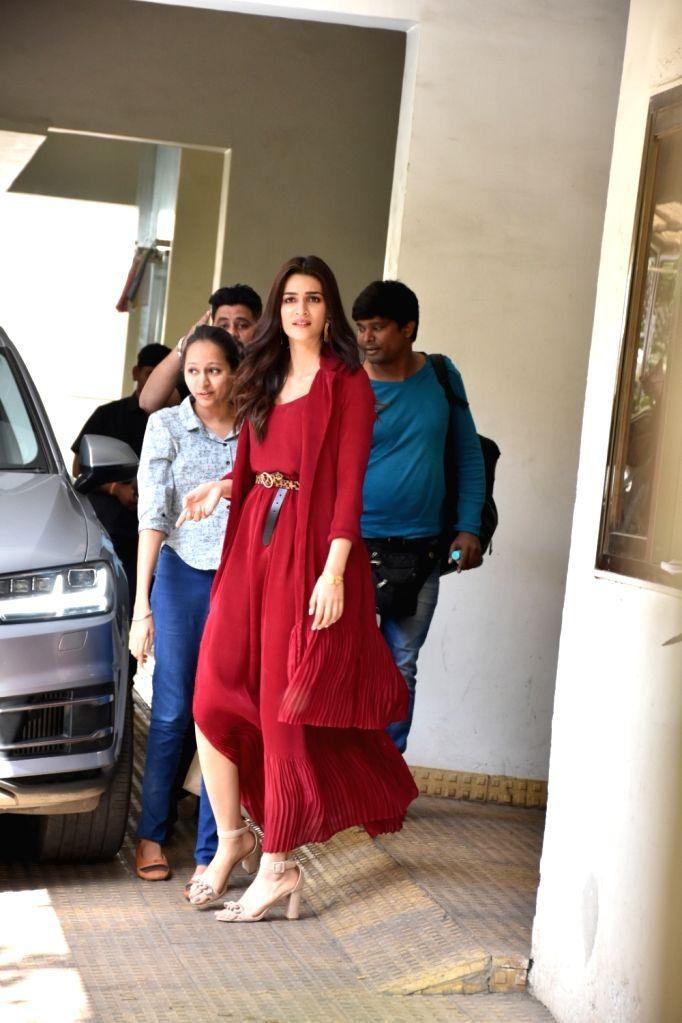 Actress Kriti Sanon seen at film critic Anupama Chopra's residence in Mumbai's Bandra on Feb 7, 2019. - Kriti Sanon and Anupama Chopra