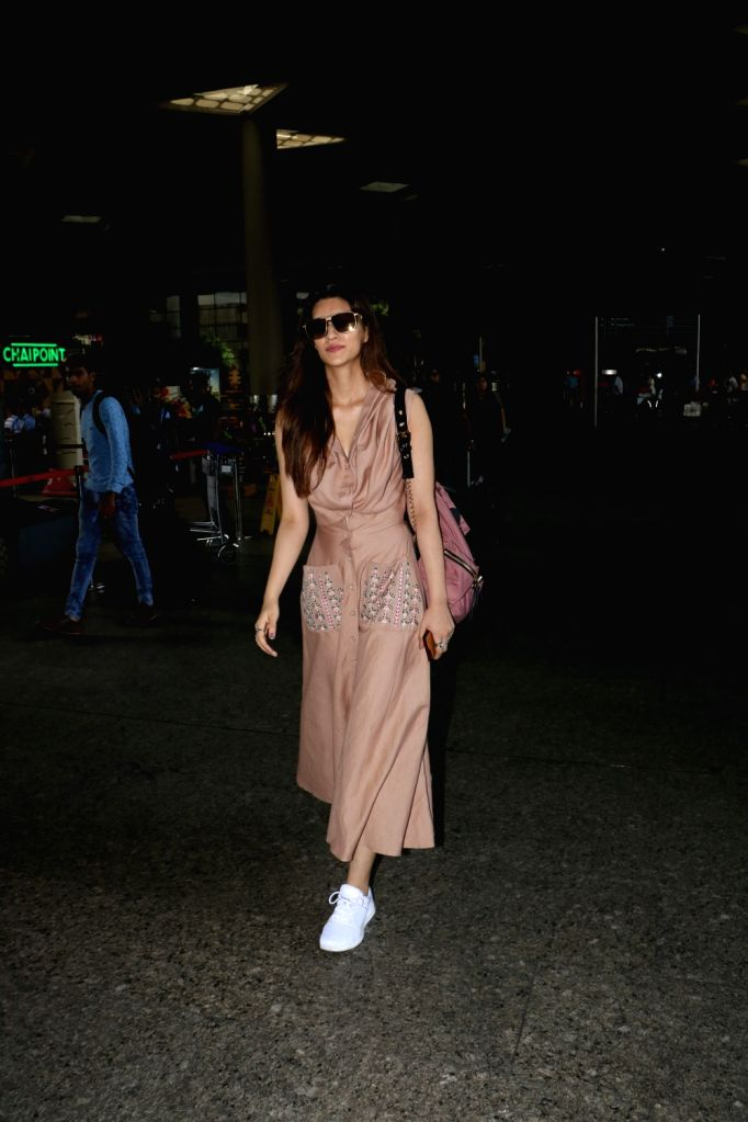 Actress Kriti Sanon spotted at Chhatrapati Shivaji Maharaj International airport in Mumbai on Aug 12, 2017. - Kriti Sanon