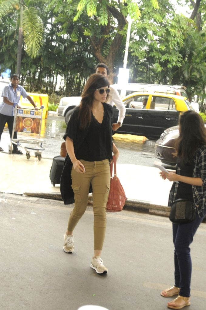 Actress Kriti Sanon spotted at the Chhatrapati Shivaji International airport in Mumbai on Sept. 17, 2016. - Kriti Sanon