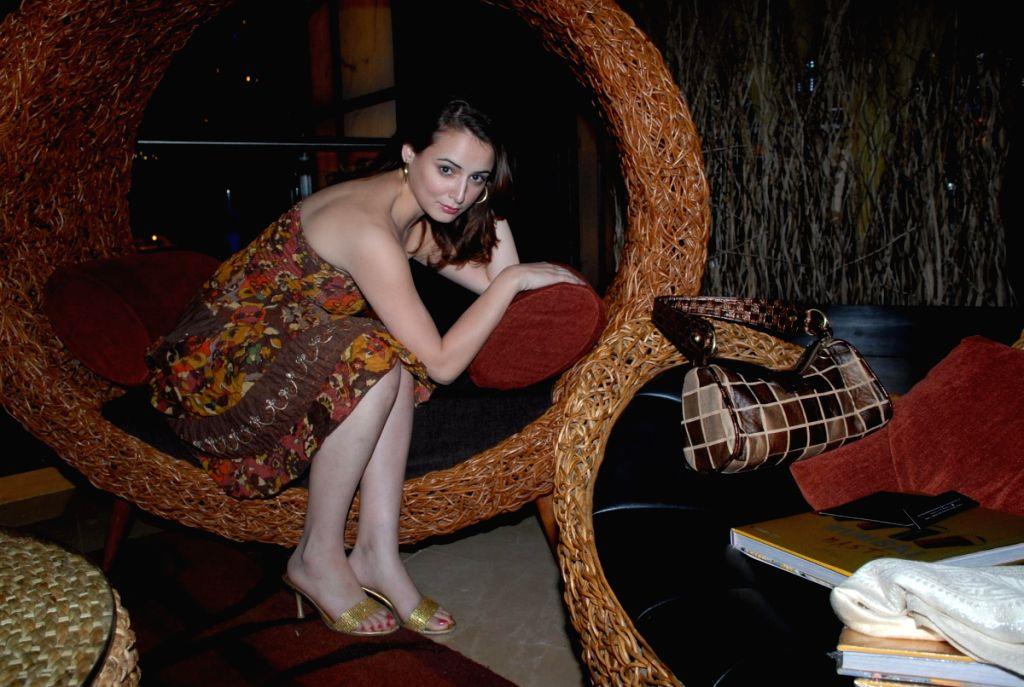 Actress Linda Arsenio at music event.