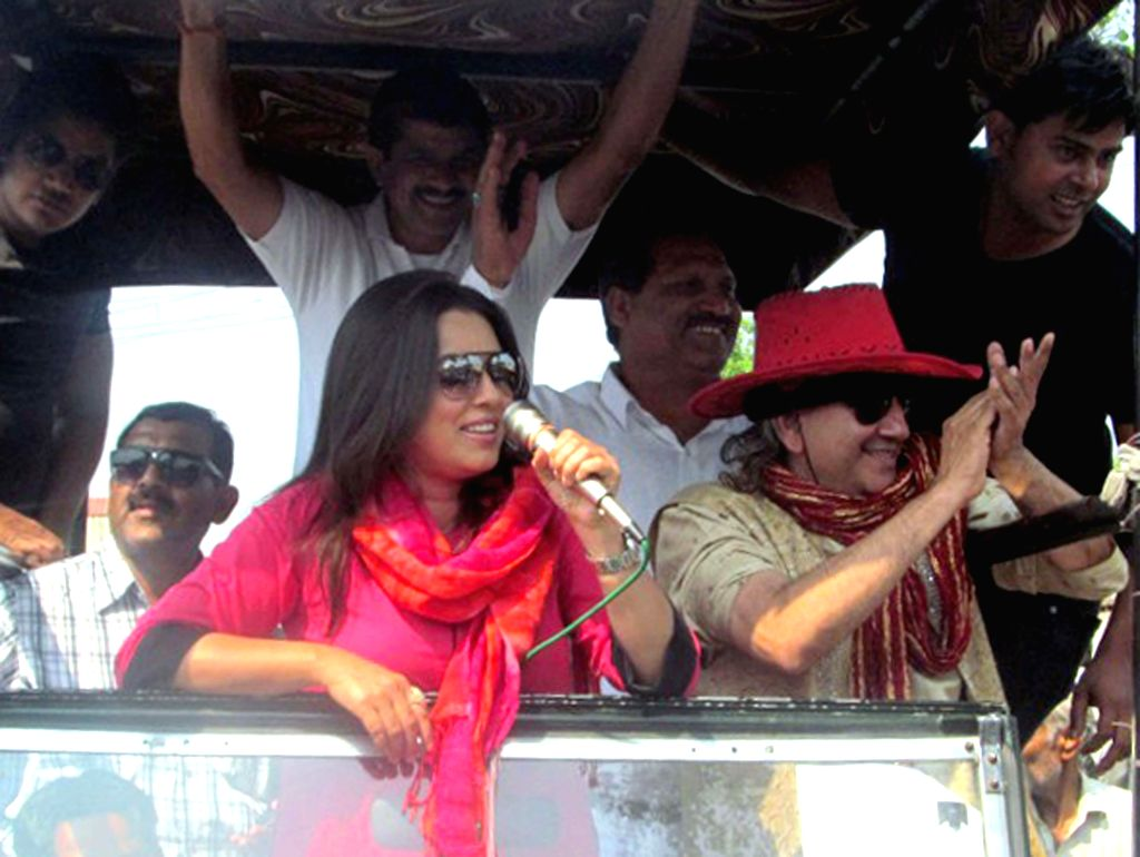 Actress Mahima Chaudhry campaigns for Rashtriya Lok Dal candidate for 2014 Lok Sabha Election from Fatehpur Sikri, Amar Singh in Agra on April 20, 2014.