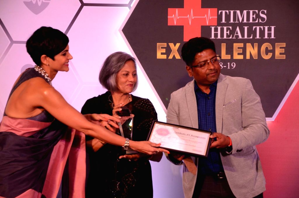 Actress Mandira Bedi felicitates a doctor from Jaslok Hospital during Times Health Excellence panel discussion in Mumbai, on May 31, 2019. - Mandira Bedi