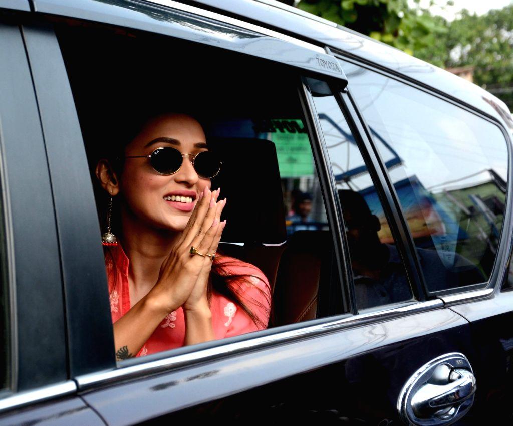 Actress Mimi Chakraborty arrives at the residence of Mamata Banerjee in Kolkata on May 25, 2019. - Mimi Chakraborty and Mamata Banerjee