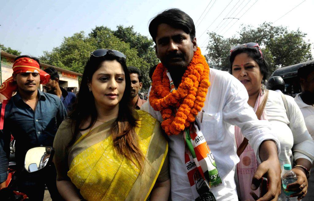 Actress Nagma campaigns for Congress candidate Ashish Sinha in Patna, on Oct 26, 2015. - Ashish Sinha