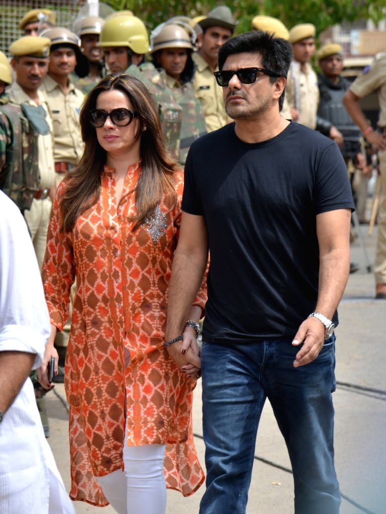 Actress Neelam Kothari along with her husband Sameer Soni, arrives to appear before a Jodhpur rural court in connection with the hearing in black buck poaching case, on April 5, 2018. While ... - Neelam Kothari, Salman Khan and Saif Ali Khan