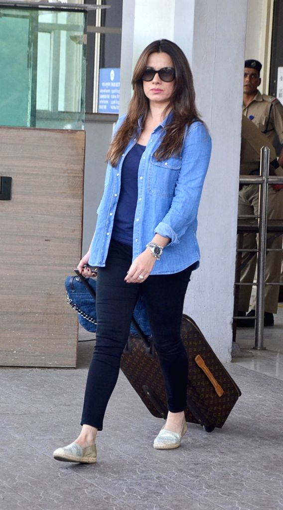 Actress Neelam Kothari arrives to appear before Jodhpur's Chief Judicial Magistrate (CJM) Rural Court in connection with the hearing in black buck poaching case, on April 4, 2018. - Neelam Kothari