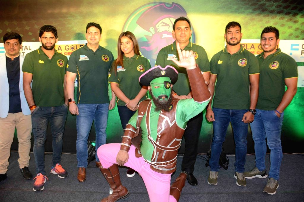 Actress Neetu Chandra with Kabaddi team Patna Pirates coach Ram Mehar Singh and the team's players at a press conference in Patna, on Oct 25, 2018. - Neetu Chandra and Mehar Singh