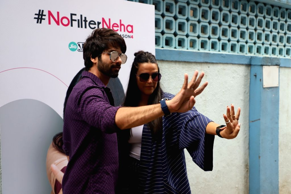 """Actress Neha Dhupia with actor Shahid Kapoor on the sets of her chat show """"#NoFilterNeha - Season 4"""" in Mumbai on Oct 17, 2019. - Neha Dhupia and Shahid Kapoor"""