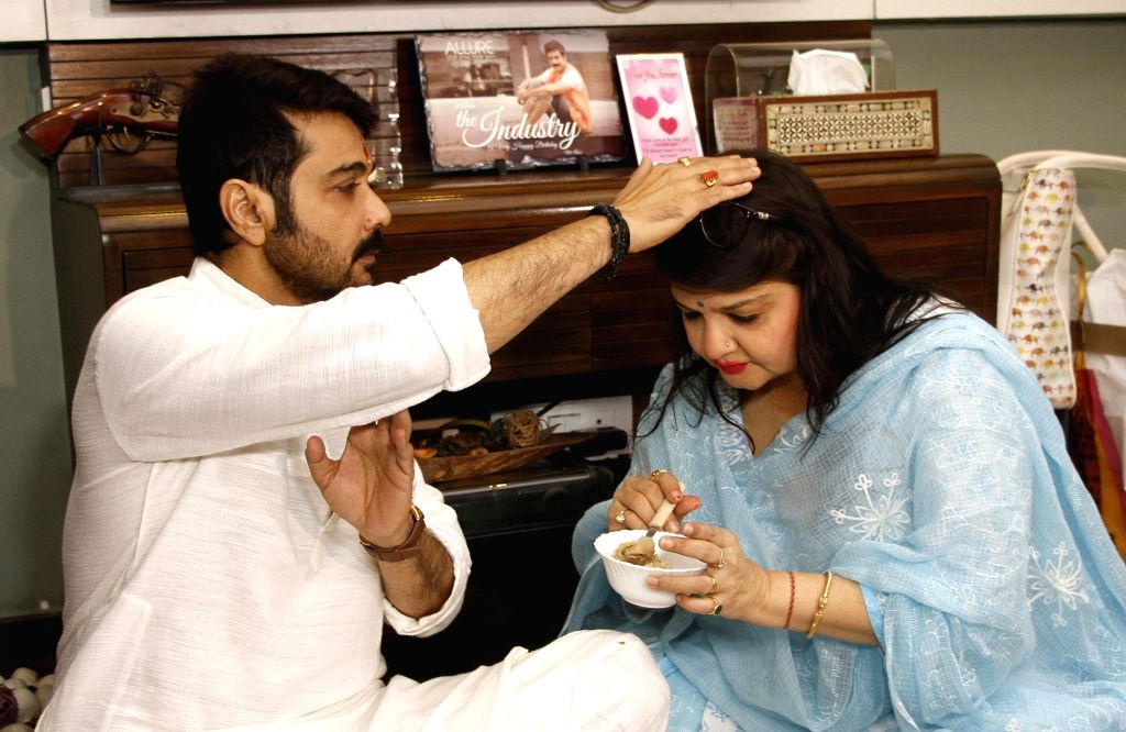 Actress Pallavi Chatterjee celebrates Bhai Dooj with her brother Prosenjit Chatterjee in Kolkata on Oct 21, 2017. - Pallavi Chatterjee and Prosenjit Chatterjee
