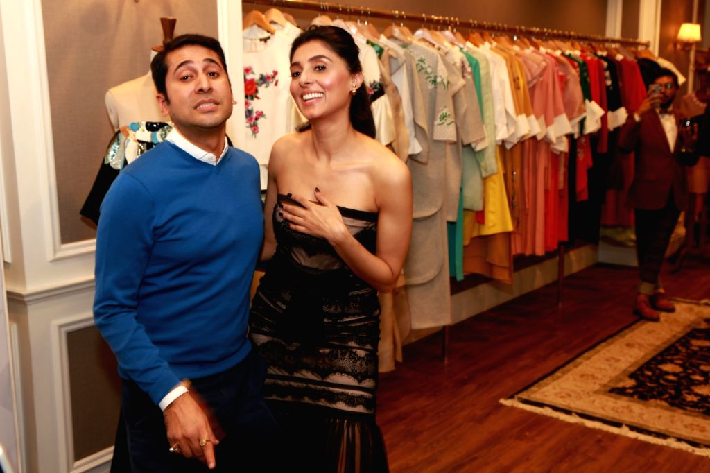 Actress Pernia Qureshi and fashion designer Vineet Bahl during the launch of designer collection on `Perniapopupshop.com `Wine and Cheese`, in New Delhi, on January 15, 2016. - Pernia Qureshi