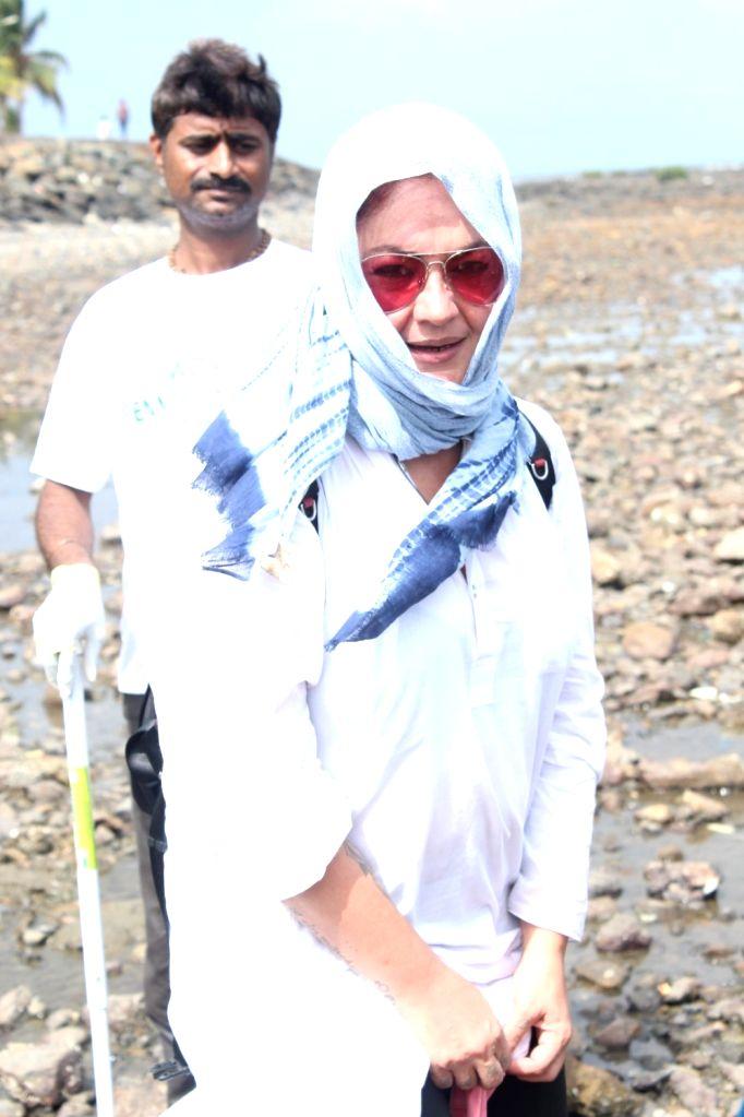 Actress Pooja Bhatt during a Beach Clean Up programme organaised by BMC at Chimbai Beach in Mumbai, on June 18, 2017. - Pooja Bhatt