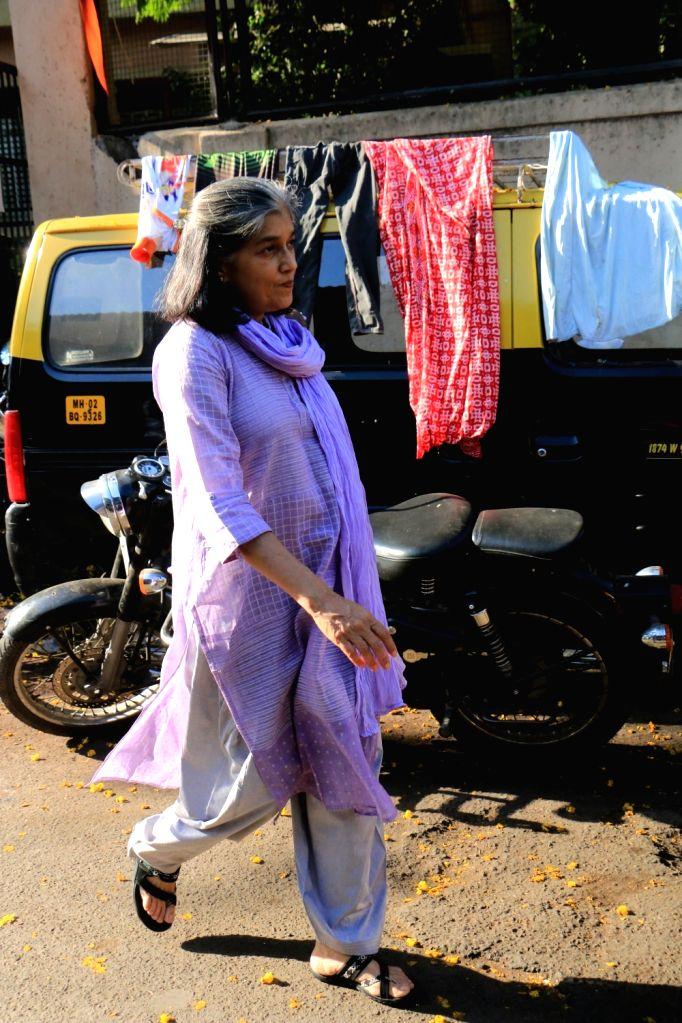 Actress Ratna Pathak Shah arrives to attend the funeral of acting guru Roshan Taneja in Mumbai on May 11, 2019. - Ratna Pathak Shah