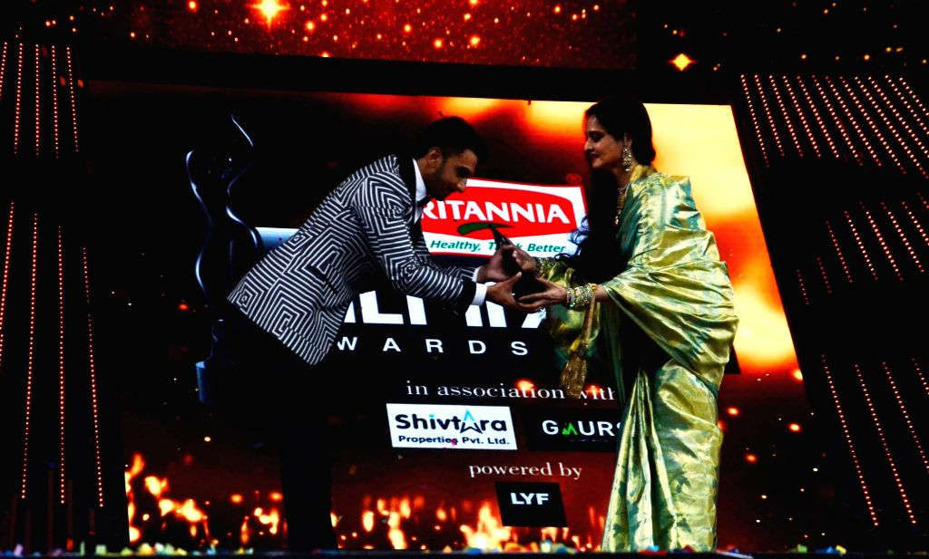 Actress Rekha presents the best actor award to Ranveer Singh during the 61st Britannia Filmfare Awards in Mumbai on January 15, 2016. - Rekha and Ranveer Singh