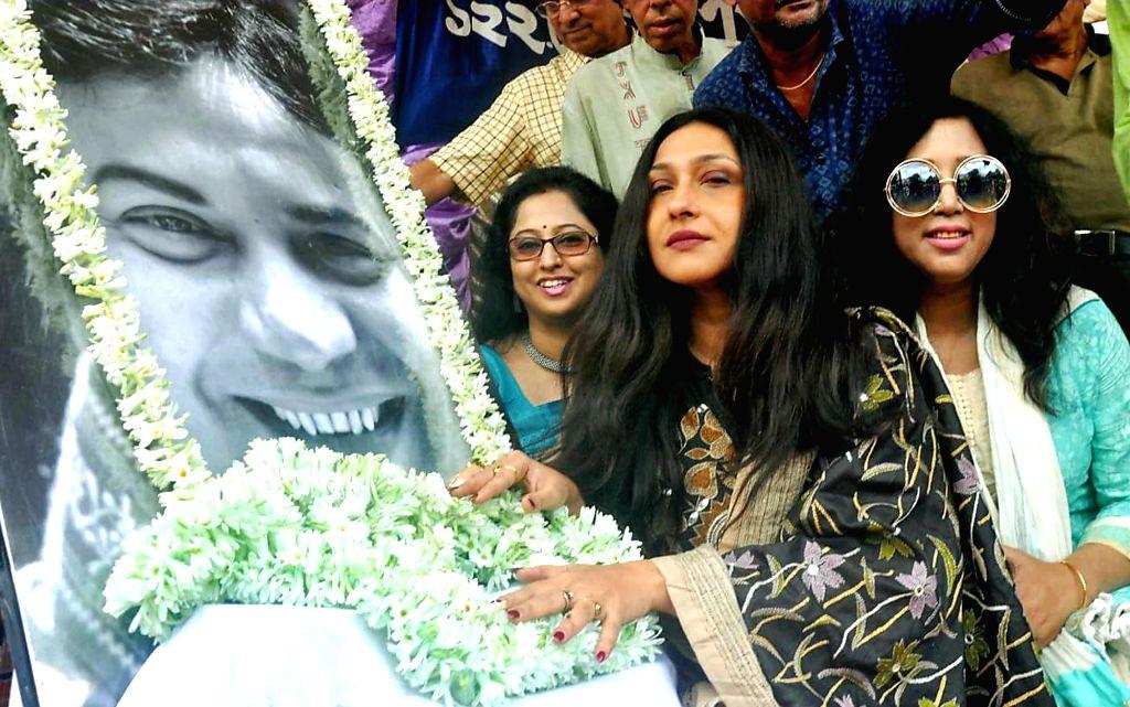 Actress Rituparna Sengupta pays tributes to actor Uttam Kumar on his death anniversary, in Kolkata on July 24, 2019. - Rituparna Sengupta and Uttam Kumar