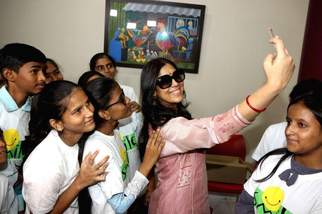 Actress Sakshi Tanwar celebrates Mother's Day with underprivileged children at Smile NGO, in Mumbai on May 9, 2019. - Sakshi Tanwar