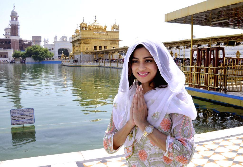 Actress Shamita Shetty pays obeisance during her visit to the Golden Temple in Amritsar on Sept 19, 2017. - Shamita Shetty