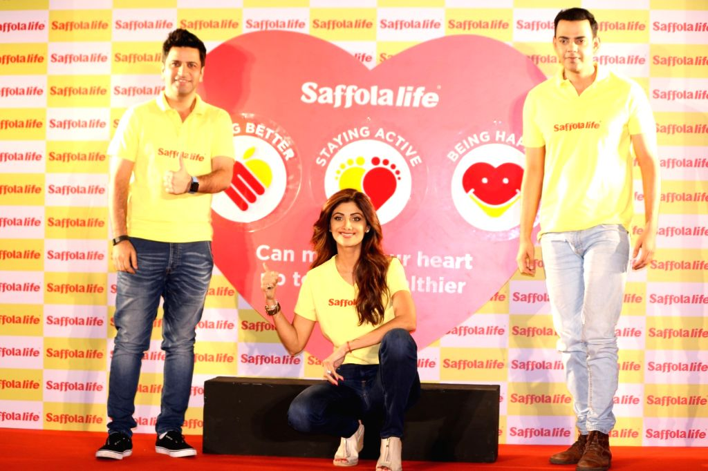 Actress Shilpa Shetty displays her fitness in the presence of Chef Kunal Kapur (L) and actor Cyrus Sahukar during the World Heart Day program organized by Saffola Life in Mumbai, on Sep 28, ... - Shilpa Shetty