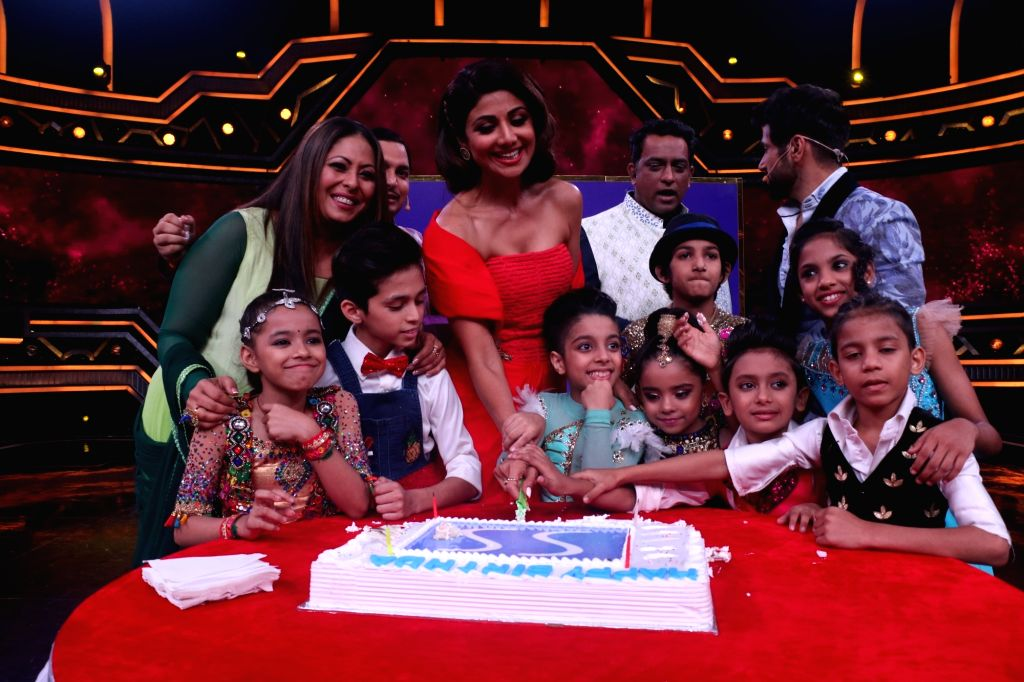 "Actress Shilpa Shetty Kundra, choreographer Geeta Kapoor, director Anurag Basu and hosts-actors Rithvik Dhanjani and Paritosh Tripathi on the sets of a dance reality show ""Super Dancer ... - Shilpa Shetty Kundra, Rithvik Dhanjani, Paritosh Tripathi, Geeta Kapoor and Anurag Basu"