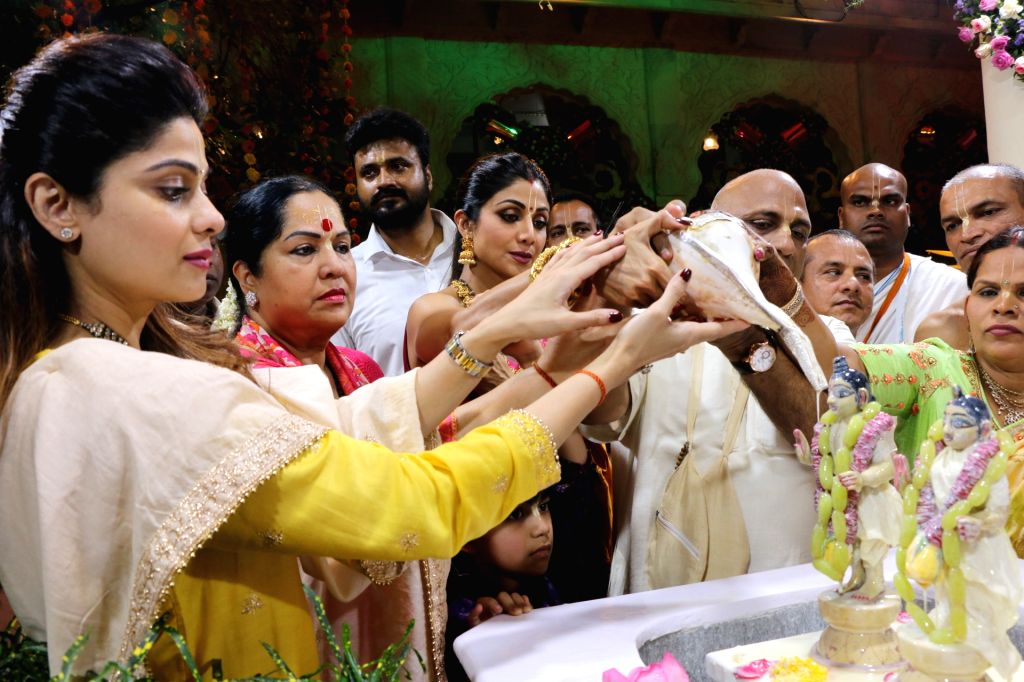 Actress Shilpa Shetty with her son Viaan Raj Kundra, sister-actress Shamita Shetty and mother Sunanda Shetty perform rituals at ISKCON temple, on the occasion of Ram Navami festival, in ... - Shilpa Shetty, Raj Kundra, Shamita Shetty and Sunanda Shetty