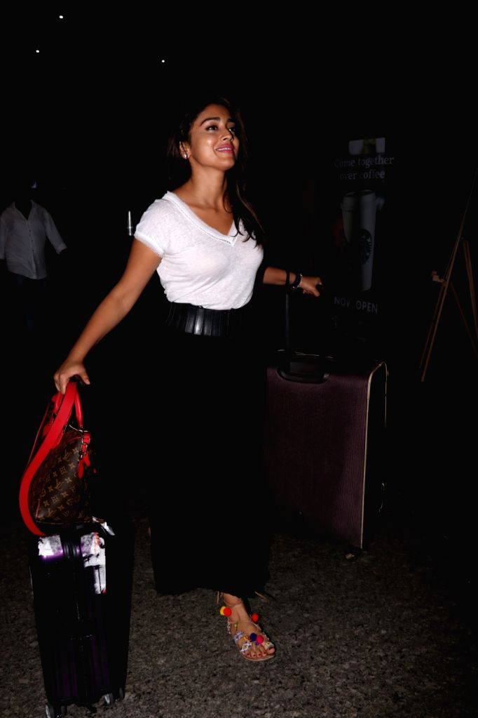 Actress Shriya Saran spotted at Chhatrapati Shivaji Maharaj International airport in Mumbai on Aug 3, 2017. - Shriya Saran
