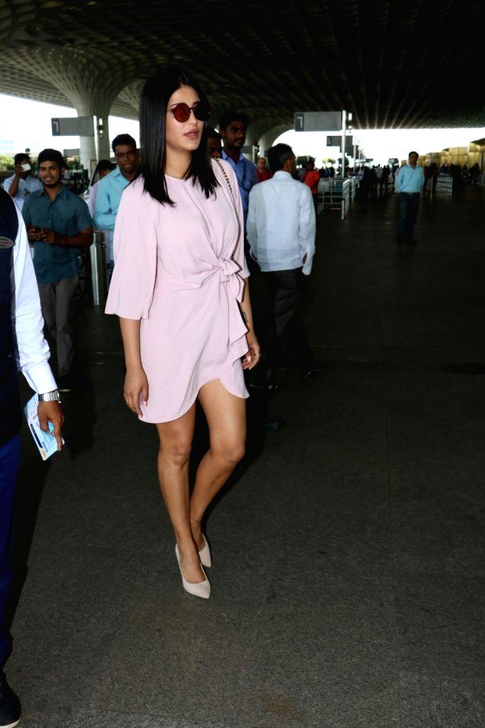 Actress Shruti Haasan spotted at Chhatrapati Shivaji Maharaj International airport in Mumbai. - Shruti Haasan