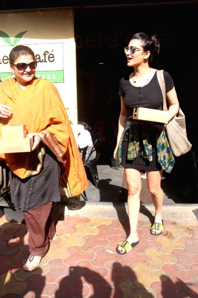 Actress Shruti Haasan with mother Sarika seen at Mumbai's Bandra Sept 8, 2018. - Shruti Haasan