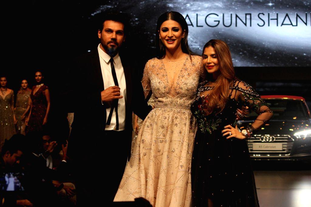 """Actress Shruti Hassan, Fashion Designer Falguni & Shane Peacock at red carpet of """"Luxury & Fashion As Hello! & Audi"""" in Mumbai on Oct 5, 2017. - Shruti Hassan"""