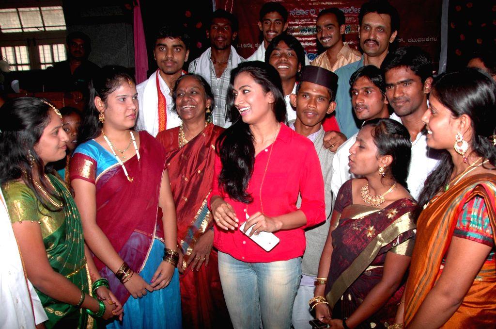 Actress Shwetha Srivatsav with students during `Kala Sauraba`  (Arts Festival) in Bangalore on April 25, 2014. - Shwetha Srivatsav