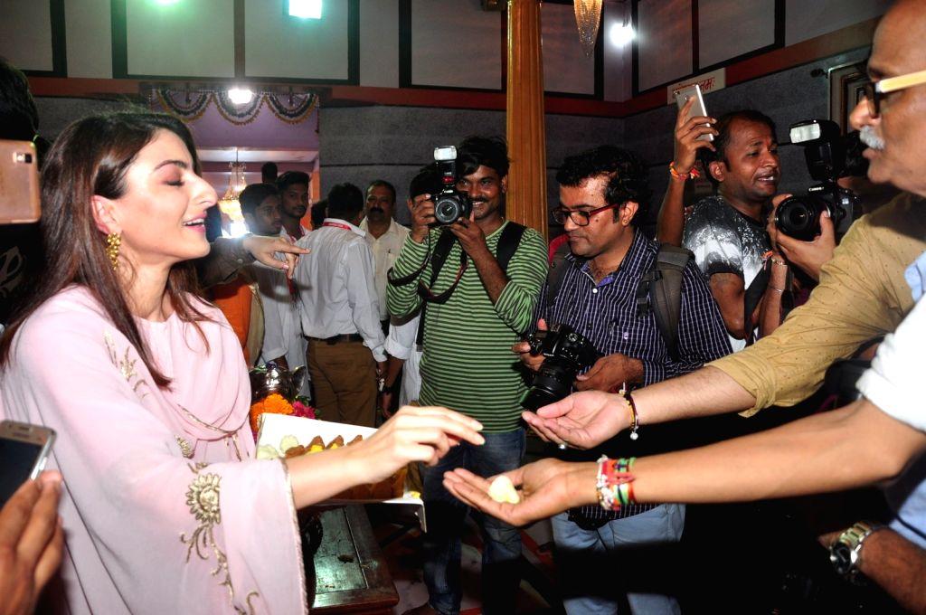 Actress Soha Ali Khan visits Andhericha Raja Ganesh Mandal during the promotion of film 31st October in Mumbai on Sept. 9, 2016. - Soha Ali Khan