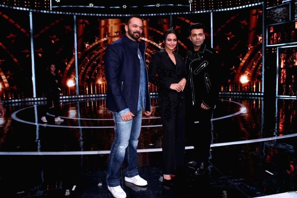 """Actress Sonakshi Sinha (C) with filmmakers Rohit Shetty (R) and Karan Johar (L) on the sets of reality show """"India's Next Superstars"""" in Mumbai on Feb 15, 2018. - Sonakshi Sinha, Karan Johar and Rohit Shetty"""