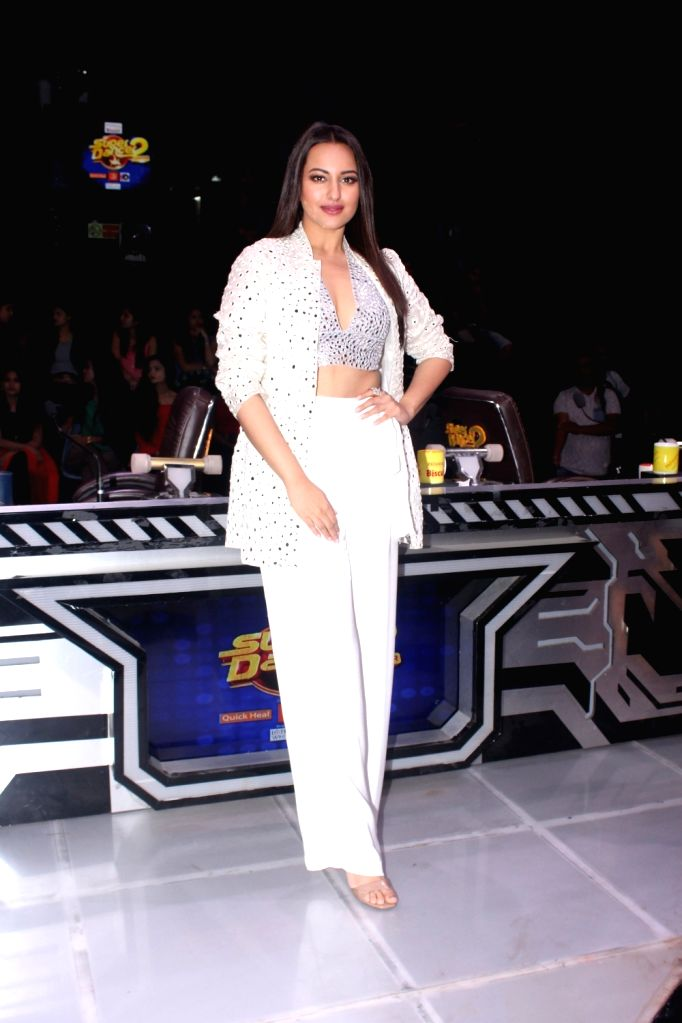 """Actress Sonakshi Sinha on sets of dance reality show """"Super Dancer Chapter 2"""" in Mumbai on Feb 5, 2018. - Sonakshi Sinha"""